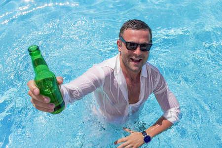 Joven feliz fiesta en la piscina Foto de archivo