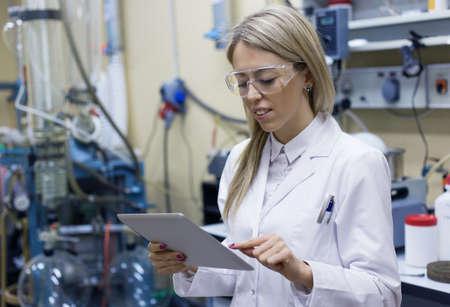 laboratorio: Científico de sexo femenino con tablet PC en el laboratorio Foto de archivo
