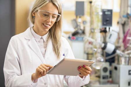 화학자 실험실에서 태블릿 컴퓨터를 사용 하여 스톡 콘텐츠