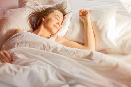 dormir: Mujer que duerme en la cama