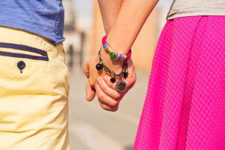 Glückliches Paar Händchen haltend Standard-Bild