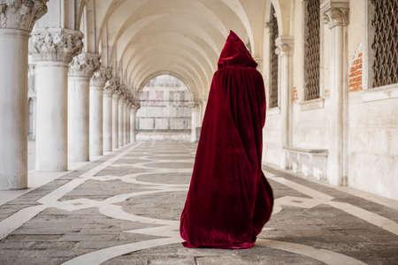 castello medievale: Donna misteriosa in mantello rosso Archivio Fotografico