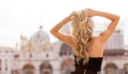 personas de espalda: Mujer con el peinado hermoso Foto de archivo