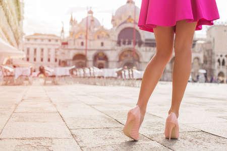 Sexy toeristische lopen op Piazza San Marco in Venetië Stockfoto