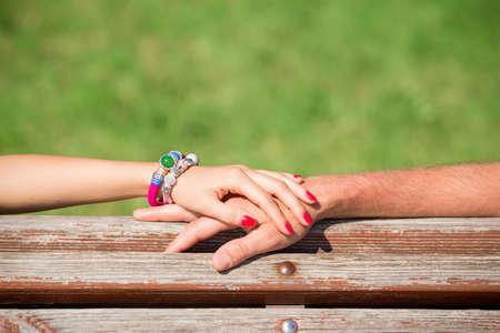 pareja enamorada: Par de manos sosteniendo