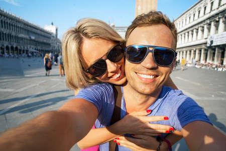haciendo el amor: Sonriente pareja toma selfie foto Foto de archivo