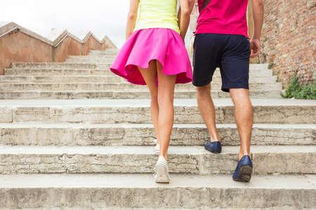 parejas caminando: Pareja caminando juntos Foto de archivo