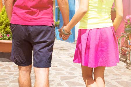 manos entrelazadas: Pareja romántica caminando juntos y de la mano
