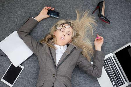 agotado: Mujer de negocios con exceso de trabajo Foto de archivo
