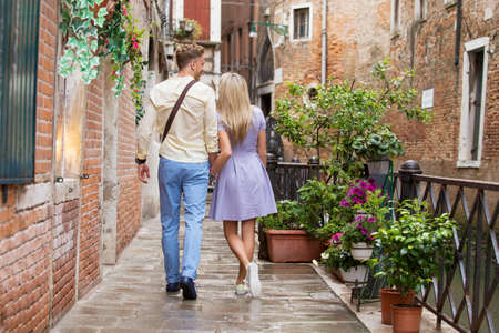 femme romantique: Couple de touristes marche dans la ville romantique