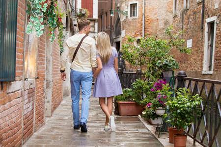 Pareja de turistas a pie en la ciudad romántica