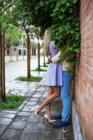 besos apasionados: Pareja bes�ndose en la calle Foto de archivo