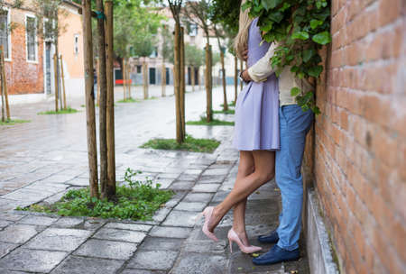 pareja apasionada: Pareja apasionada bes�ndose en la calle Foto de archivo