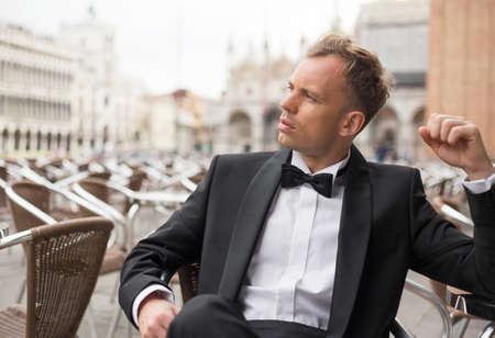 modelos hombres: Hombre hermoso que se sienta en café Foto de archivo