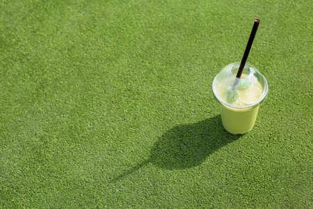 manzana verde: Saludable taza de batido de color verde en la hierba verde