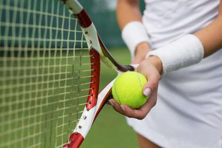 raqueta de tenis: El jugador de tenis sosteniendo la raqueta y la pelota en las manos