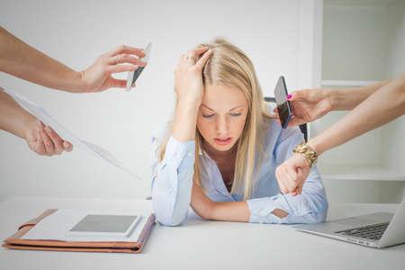 Vrouw overladen met spullen op het werk
