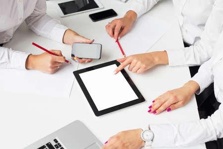 Donne di affari che usano il computer tablet nel corso della riunione Archivio Fotografico - 45139829