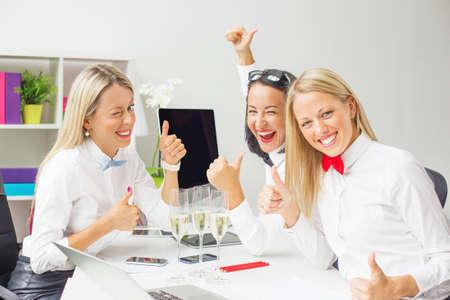 mujeres felices: colegas mujeres que celebran el éxito del negocio