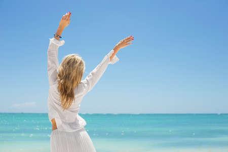 mujeres felices: Alegre mujer joven en la playa
