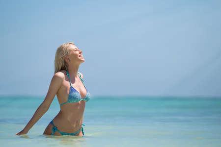 niñas en bikini: Mujer feliz en bikini disfrutan de estar en el agua Foto de archivo