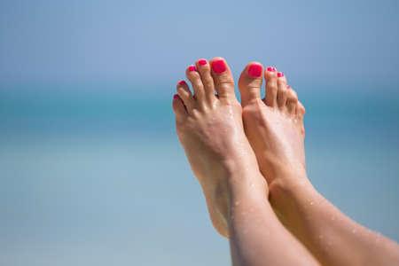 Bare Frau Füße am Strand