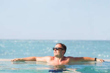 gente exitosa: Hombre relajante en la piscina