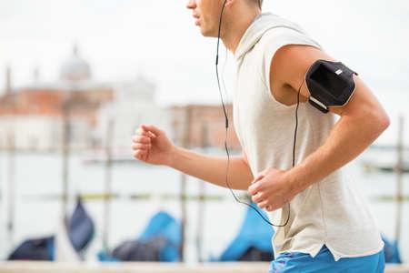 personas escuchando: Hombre corriendo