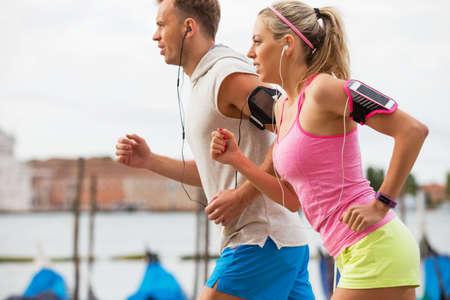 corriendo: Pares que se ejecutan al aire libre Foto de archivo