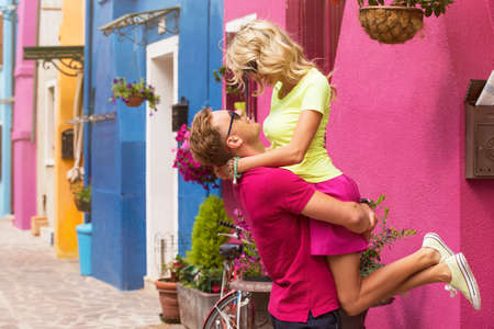 amigos abrazandose: Joven pareja feliz