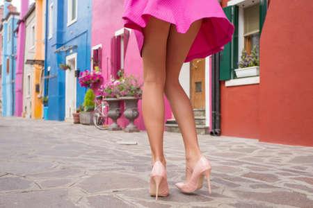 mini falda: La mujer llevaba zapatos de tacón alto y mini falda