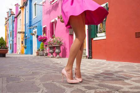 Flirty dame in roze rok Stockfoto