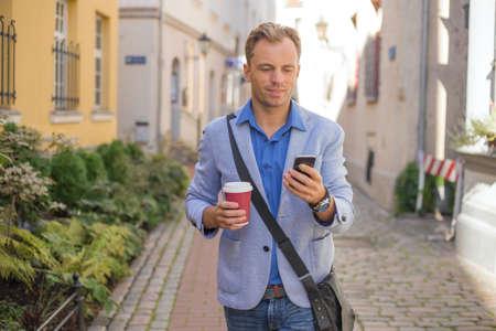 suo: Man checking his phone
