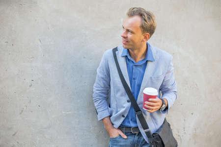 visage profil: Homme debout par le mur
