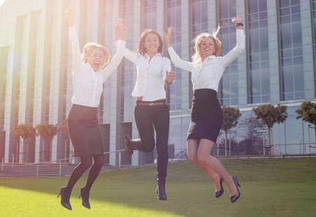 mujeres felices: mujer de negocios exitosa y feliz saltando
