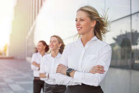 Succesvolle vrouwen op zoek naar de toekomst met hun handen gekruist Stockfoto
