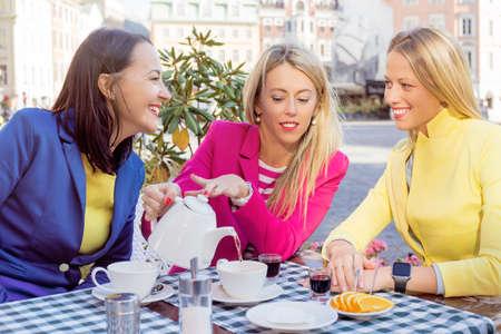 amigas conversando: Mujeres que tienen descanso para comer