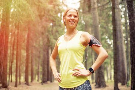 atletismo: Mujer feliz después de entrenamiento