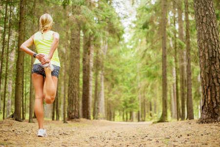 atletismo: Mujer que estira las piernas