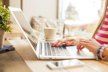Vrouw met behulp van computer Stockfoto