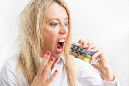 loco: Mujer tomar píldoras locas Foto de archivo