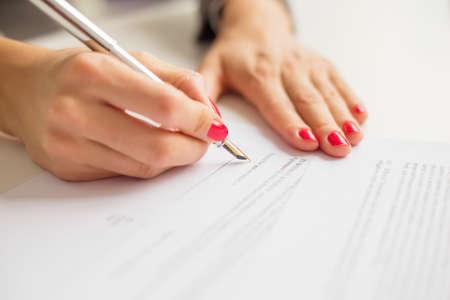 Vrouw schrijven op papier Stockfoto