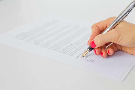 papier lettre: Femme de signature des documents