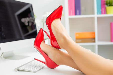 chaussure: Femme avec des chaussures rouges Banque d'images