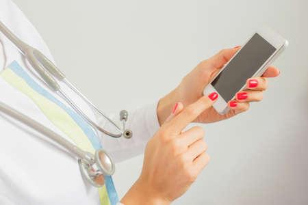모바일 장치를 사용하는 의사