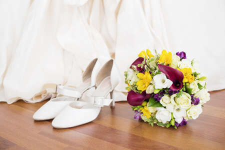 sexy bride: Wedding shoes and flowers