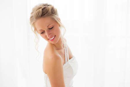 femme romantique: Bride regardant par-dessus son épaule Banque d'images