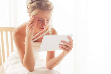 loco: novia preocupante que mira la tableta
