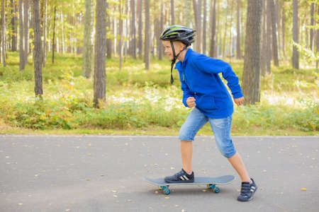 ni�o en patines: Muchacho en el patinaje skate