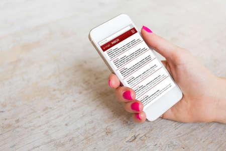correo electronico: Mujer comprobar su correo electrónico en el teléfono móvil